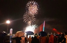Người dân Đà Nẵng đội mưa xem pháo hoa đêm 1-1