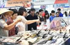 Siêu thị nghẹt người, chợ vắng khách