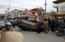 """'Xế hộp"""" Camry bất ngờ bị tai nạn lật ngửa ở đường giao cắt vào bệnh viện"""