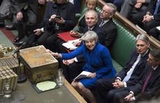 Brexit: 'Sống sót' sau bỏ phiếu bất tín nhiệm, bà May xuống nước