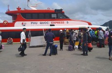 """Tàu cao tốc tạm ngưng hoạt động vì bão số 1, nhiều du khách """"kẹt"""" lại Phú Quốc"""