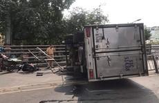 Xe tải lật nhào trên cầu vượt Cây Gõ, nhiều người gào khóc vứt phương tiện bỏ chạy