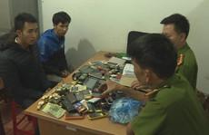Đôi tình nhân trộm cả bao tải điện thoại, đồng hồ đeo tay