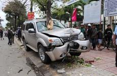 Ôtô leo lên vỉa hè tông gãy gốc cây, tông tiếp 2 mẹ con làm 1 người chết