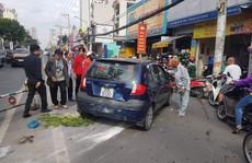 TP HCM: Cụ ông 66 tuổi lái thử ôtô, tông hàng loạt xe máy