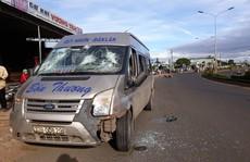 Xe khách 'điên' tông 2 xe máy, 4 người thương vong