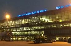 Cảng vụ hàng không miền Bắc nói về thông tin 'xe biển xanh đón người nhà lãnh đạo ở cầu thang máy bay'