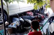 Nữ tài xế nữ lùi ôtô cuốn 4 xe máy vào gầm