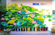 Check-in với tranh sen 'siêu đại' tại sân bay Nội Bài