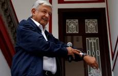 Tân tổng thống Mexico 'nghèo' nhưng hãy nhìn vợ ông ấy...
