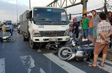 TP HCM: Xe tải tông xe máy văng la liệt, nhiều người bị thương