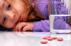 Uống thuốc với sữa, nước trái cây có hại không?