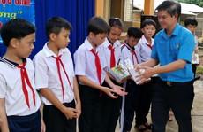 Bình Phước: Tặng 5.400 cuốn tập cho học sinh nghèo