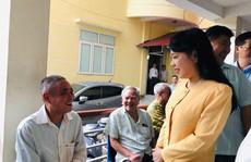 Bộ trưởng Nguyễn Thị Kim Tiến trò chuyện với người dân về chất lượng dịch vụ y tế