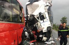 Xe tải tông trực diện xe khách giường nằm, 1 người chết, 15 người bị thương