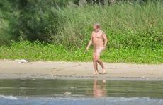 Du khách khỏa thân tắm biển Đà Nẵng: Phản cảm nhưng chưa có chế tài xử phạt
