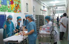 Hồi hộp những nhát dao đầu tách 2 bé song sinh liền nội tạng