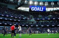 Tottenham được bẻ còi giải cứu, VAR 'xin lỗi' người hâm mộ Anh