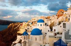 Ngắm những ngôi nhà tường trắng mái xanh ở Santorini