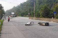 Va chạm với xe máy, cụ ông 70 tuổi đi nhặt ve chai bị hất văng hơn 15 m