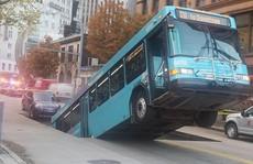 Xe buýt bị nuốtxuống hố sâugiữa trung tâm thành phố