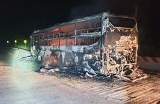 Xe 45 chỗ cháy rụi, hàng chục hành khách hú vía chạy thoát thân