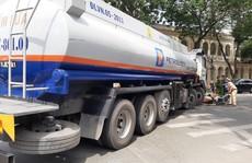 VIDEO: Xe bồn chạy giờ cấm 'nghiền' xe máy giữa trung tâm TP HCM
