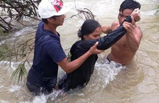 Quảng Ngãi: Giải cứu 5 người bị mắc kẹt giữa dòng nước lũ