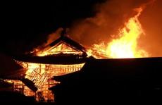 Clip: Báu vật quốc gia Nhật Bản chìm trong biển lửa