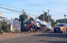 Xe khách lấn đường tông bay xe bán tải