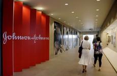 Làm nam giới...tăng tuyến vú, Johnson & Johnson phải bồi thường 8 tỉ USD