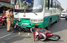 TP HCM: Xe buýt lao thẳng vào dòng người và xe dừng đèn đỏ ở quận 6