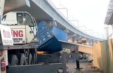 Xe container va chạm cầu vượt bộ hành Suối Tiên do thiết kế thấp