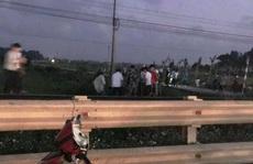 Đi xe máy trên đường ngang tự phát, thầy giáo bị tàu hỏa tông tử vong