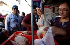 """Cạn kiệt thức ăn, người dân Bolivia chờ """"mưa rào"""" từ trên không"""