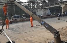 Truy tìm xe tải kéo sập 2 cột điện rồi lao qua cả trạm thu phí để bỏ trốn
