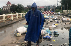 Ngỡ ngàng cảnh người dân lợi dụng nước lũ vô tư vứt rác xuống sông