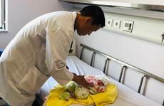 Bệnh nhi người Lào 8 ngày tuổi được vận chuyển bằng máy bay sang Việt Nam cấp cứu