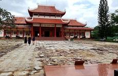 Sân Bảo tàng Quang Trung đang đẹp vẫn bị cạy lên để thay 5 tỉ đồng