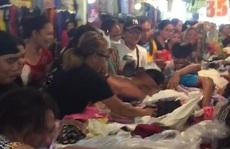 Kinh hoàng cảnh khách hàng giành giật quần áo ở chợ Philippines