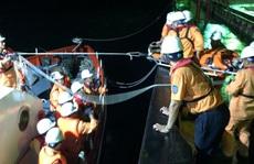Cận cảnh vật lộn với sóng gió trong đêm, cứu thuyền viên tàu Thái Lan