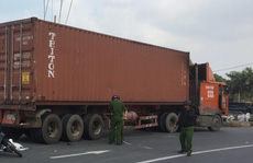 Cha ngồi ngây dại khi thấy con gái 2 tuổi tử nạn dưới bánh xe container