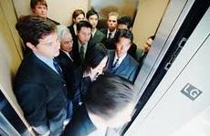Thiếu ý thức khi sử dụng thang máy
