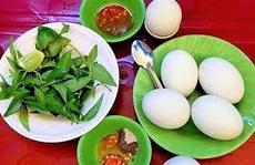 Vì sao nên ăn trứng vịt lộn với rau răm?