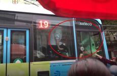 Hai tài xế xe buýt và Grab chốt cửa, ẩu đả ngay trên xe sau va chạm giao thông