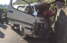 Xe chở đoàn người khuyết tật tông vào vách núi làm 2 người chết, 4 người nguy kịch