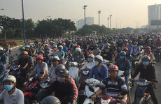 Xe 7 chỗ mất lái khi vào hầm sông Sài Gòn, giao thông náo loạn