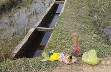 Phát hiện 2 chân người chết thò lên từ mương nước bêtông