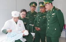 Bắt quả tang 2 kẻ 'buôn người' Trung Quốc đưa trẻ sơ sinh qua biên giới bán