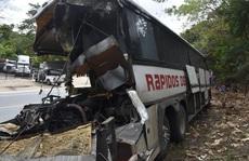 """Xe tải """"ủi"""" xe buýt, 21 người thiệt mạng"""